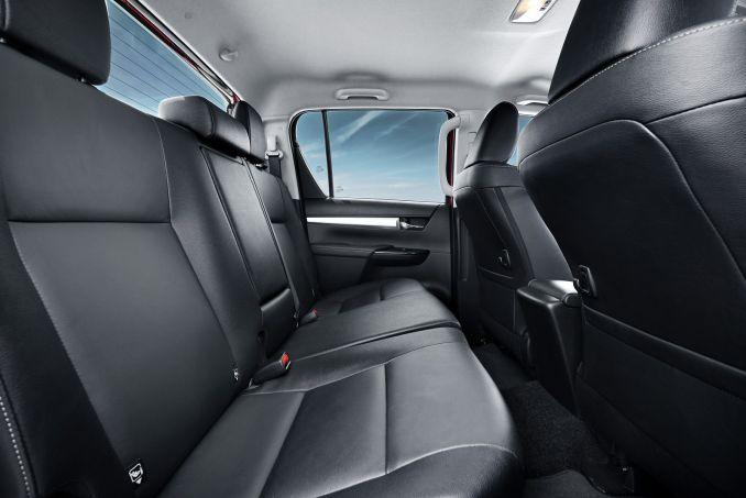 Image 4: Toyota Hilux Diesel Invincible D/CAB Pick UP 2.4 D-4D